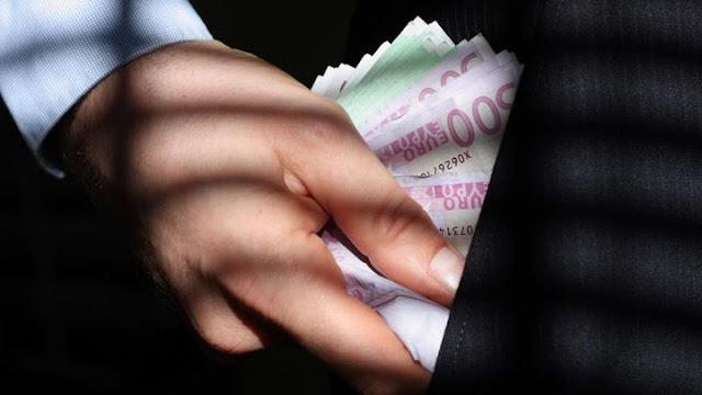"""Κι όμως τους έκλεβε μέσα στην Τράπεζα - Πως ένας 65χρονος Αλβανός """"ξελάφρωνε"""" πελάτες που έκαναν ανάληψη"""