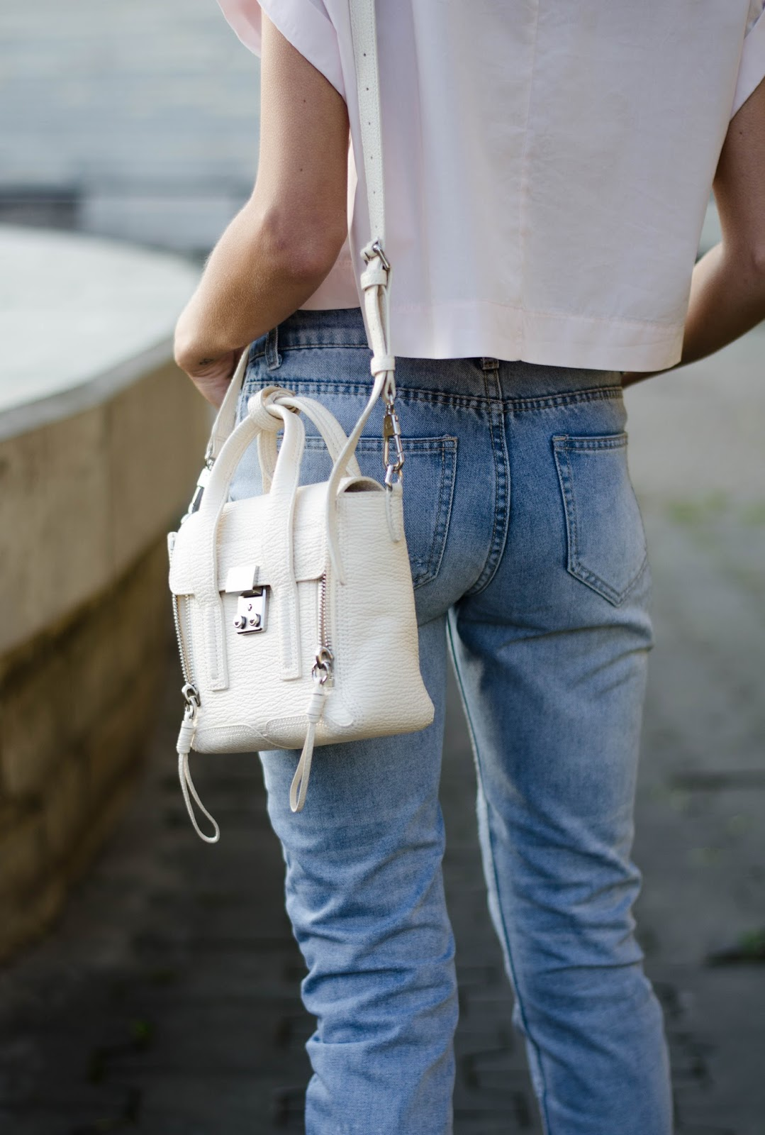 boyfriend jeans white cross body bag