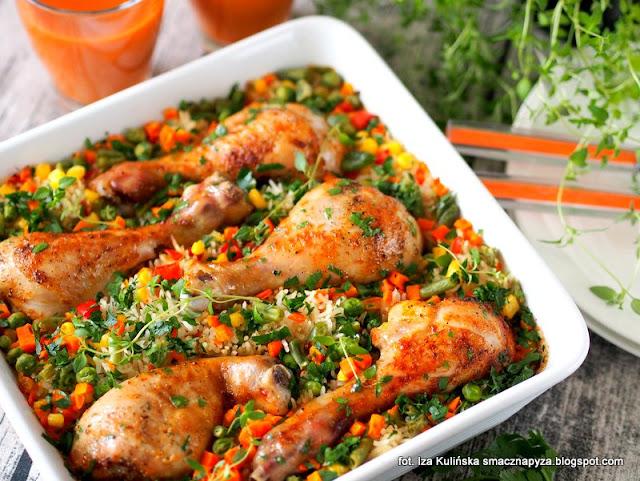 palki kurczaka zapiekane na ryzu z warzywami, kurczak, podudzia kurczaka, zapiekanka ryzowa z kurczakiem i warzywami, obiad z piekarnika, kurcze na ryzu, ryz, warzywa mrozone