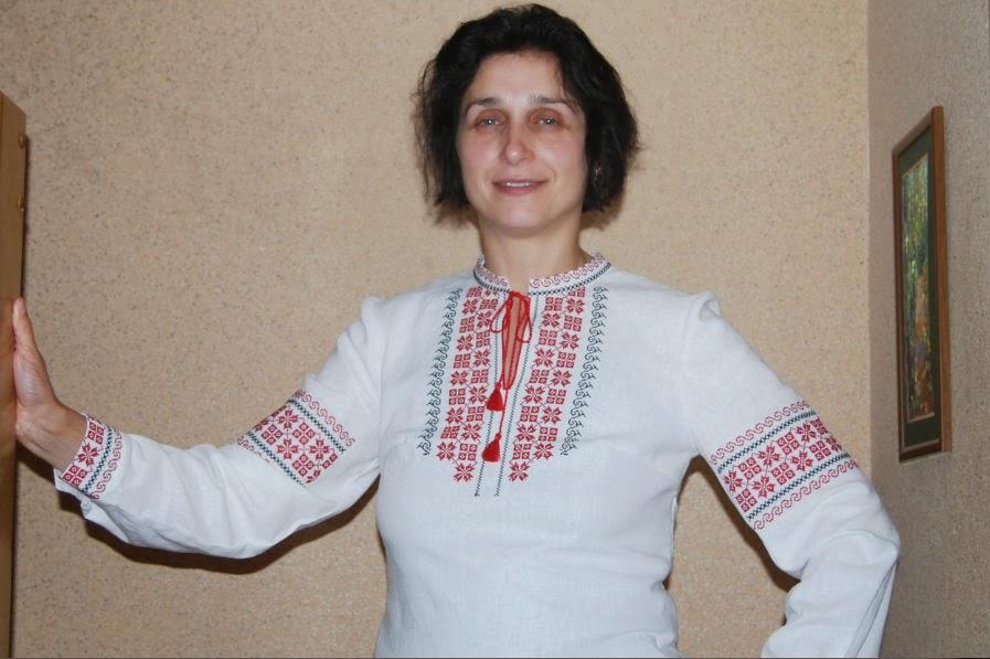 Женская льняная вышиванка - белого цвета с черно-красным орнаметом - машинная вышивка крестиком