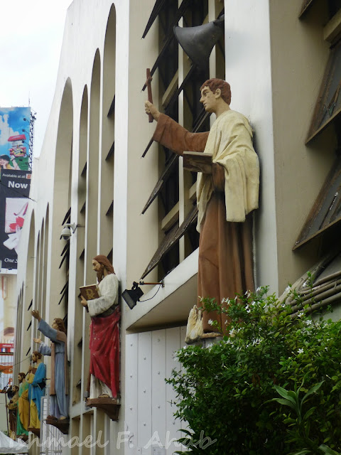 Images of saints at the side of Quiapo Church