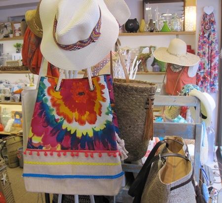 Bolso de tela flor grande y pompones, sombreros.