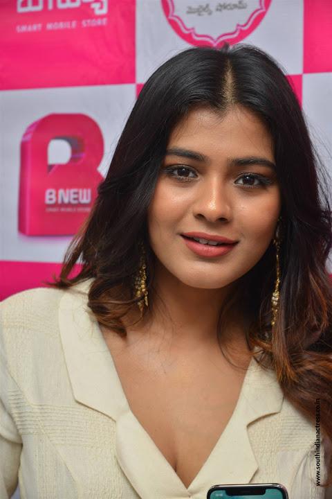 Hebah Patel launches B New Mobile Store at Tenali