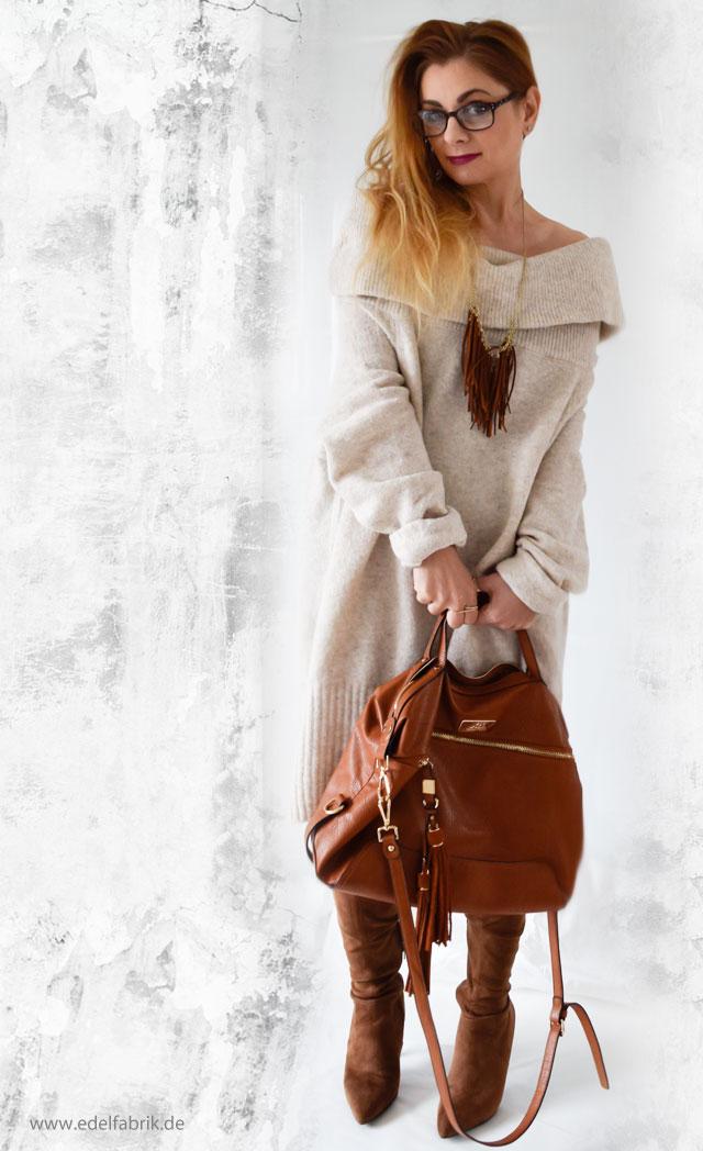 Beiges Offshoulderkleid in Kombination mit camelfarbenen Overknees und großer Tasche