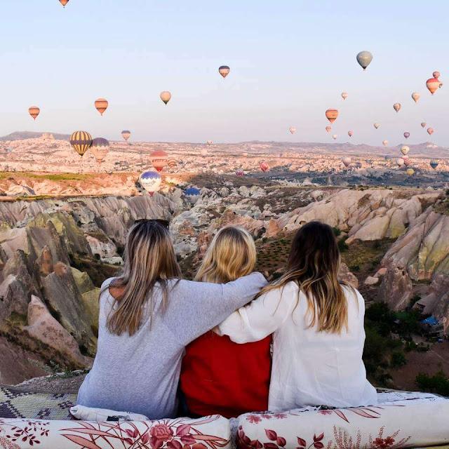 Lúc này bạn đã có thể thấy được cảnh tượng những chiếc khinh khí cầu chuẩn bị bay lên. Chỉ cần tiếp tục leo núi thêm khoảng 1 phút nữa, bạn sẽ hoàn toàn chìm đắm trong khung cảnh tuyệt vời khi được bao quanh bởi những chiếc khinh khí cầu tuyệt đẹp và dễ dàng có được bức ảnh để đời cho chuyến du lịch Thổ Nhĩ Kỳ của mình.