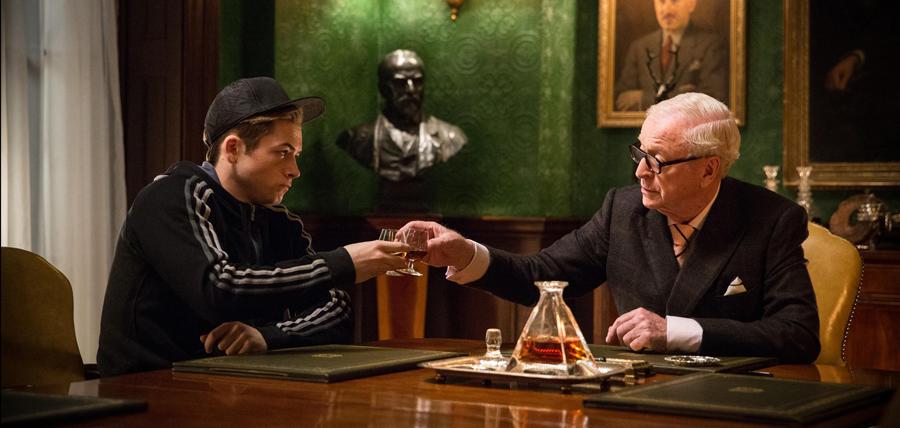 Taron Egerton şi Michael Caine în Kingsman: The Secret Service