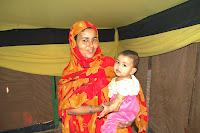 A través de la historia de la vida nómada Saharaui, las mujeres han asumido varias posiciones de liderazgo en la sociedad. A diferencia de otras sociedades musulmanas y árabes, las mujeres Saharauies pueden heredar propiedades y subsistir independientemente de sus padres, hermanos y maridos. Es más, las mujeres mandan en las tiendas y desempeñan un papel fundamental en la vida tribal. Dado que la mayoría de hombres pasan mucho tiempo lejos del Frig (grupo familiar o campo) luchando o comerciando, son las mujeres las que llevan la mayor parte de la responsabilidad: cuidar a los niños, a los invitados, a la comunidad y velar por el ganado.