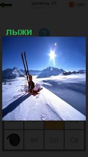 1100 слов лыжи вставлены в снег и рядом человек сидит 25 уровень
