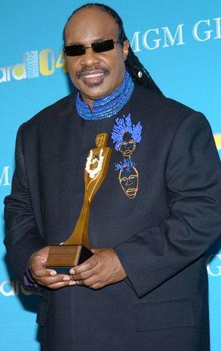 Foto de Stevie Wonder feliz con premio