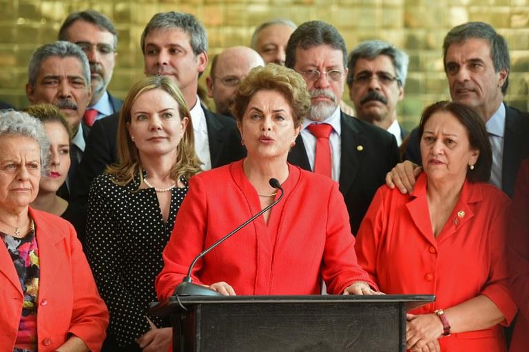 Após sua destituição, Dilma Rousseff diz que 'golpe é misógino, homofóbico e racista'