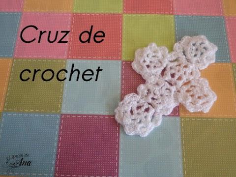 Cruz de crochet como recuerdo para una Primera Comunión