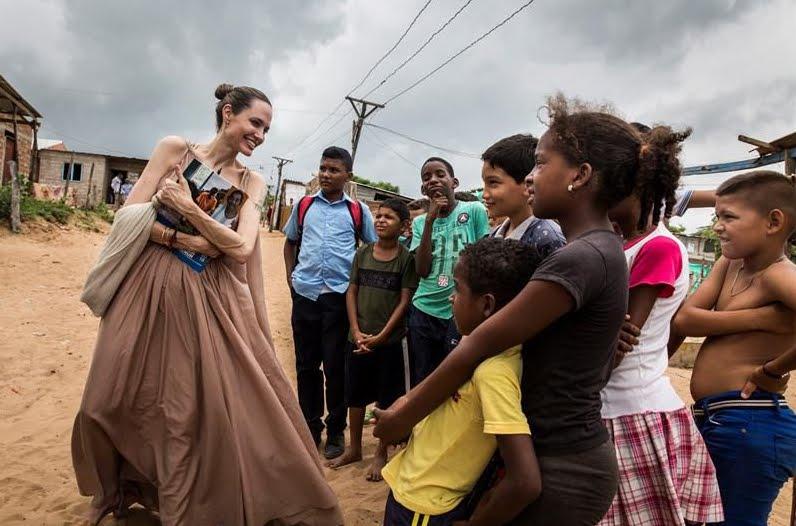 FOTO VIDEO Angelina Jolie (sempre più magra) visita il confine Colombia Venezuela.