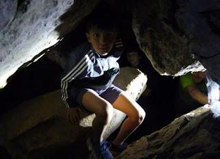 Izan dentro de una de las cuevas de El Torcal.