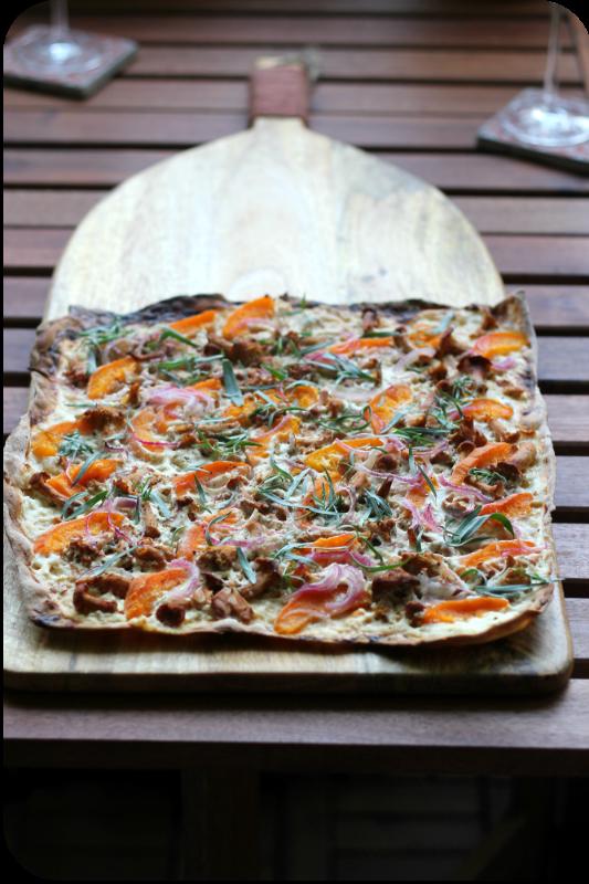 Flammkuchen (ohne Hefe!) mit Pfifferlingen, Aprikosen, roten Zwiebeln und geräuchertem Salz | Arthurs Tochter Kocht von Astrid Paul