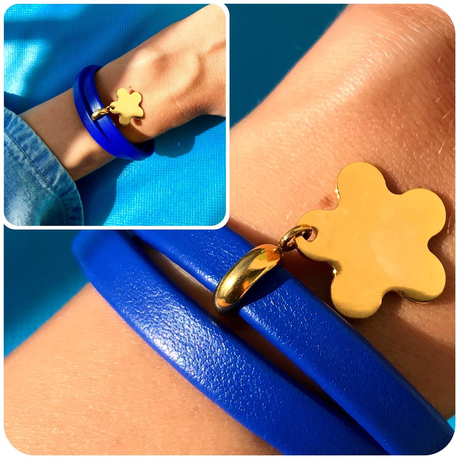 zdjęcie niebieskiej bransoletki Aleksandry Strippentow z zawieszką koniczynką