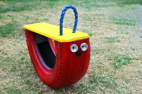 huśtawka z opony dla dzieci z oczami