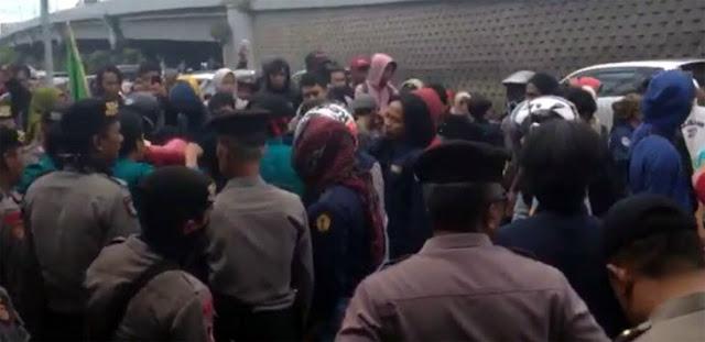 Demo Dugaan Korupsi RSUD Lanto Daeng Pasewang Ricuh di Kantor Kejati Sulsel