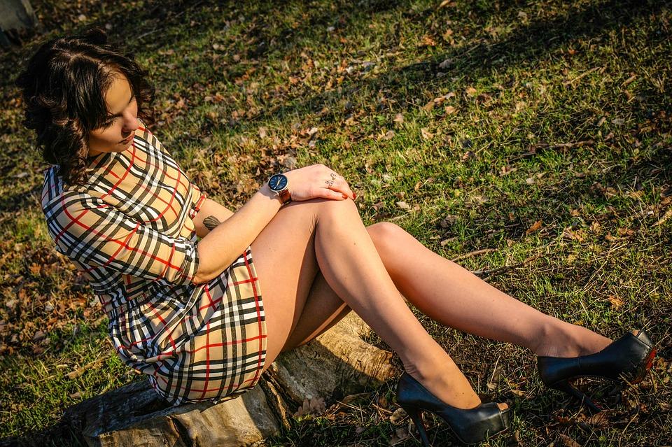 https://pixabay.com/pl/dziewczyna-uroda-m%C5%82odzie%C5%BCy-nogi-1099270/
