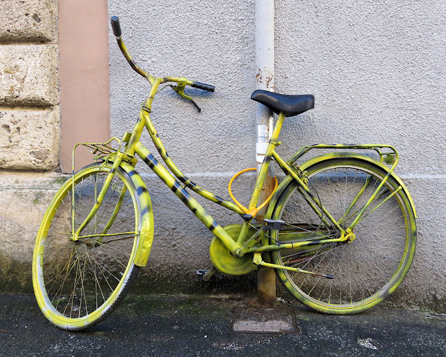 Yellow bicycle, Via Cesare Battisti, Livorno