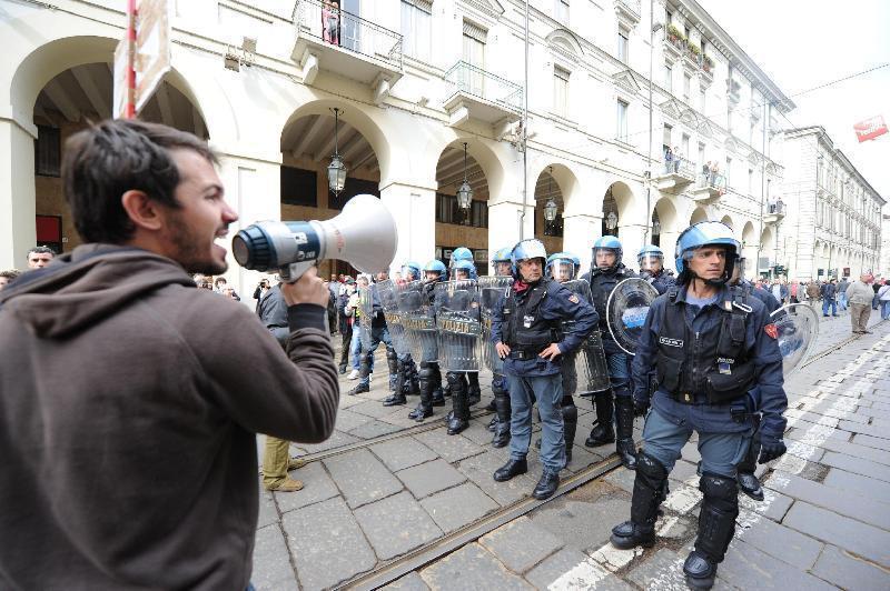 Столкновения в центре Турина в день солидарности трудящихся Италия