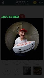 В дверной глазок виден мужчина с доставкой пиццы в кепке