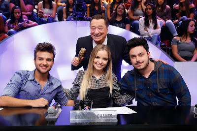 Raul com os jurados Nicholas, Giovanna e Caio (Crédito: Rodrigo Belentani/SBT)