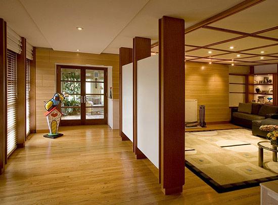 Hành lang ngăn cách với phòng khách bằng vách ngăn đơn giản.