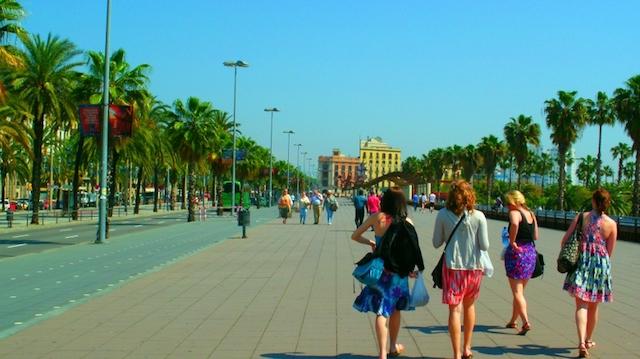 Roupas leves no verão de Barcelona