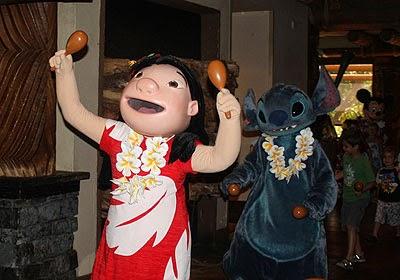 Restaurante Ohana com a presença de Lilo e Stitch em Orlando
