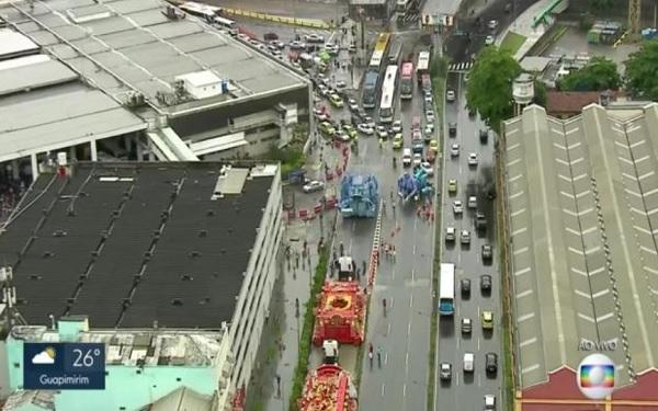 Carros alegóricos próximos à Rodoviária Novo Rio (Imagem: Reprodução/TV Globo)