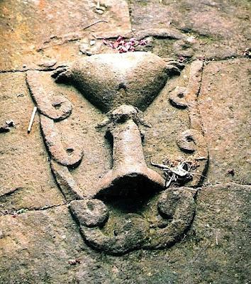 Птицеголовые сумервы. Голова от туловища была вырвана с брошена у входа в пирамиду храм. Сумерв изначально творили из Гигантов людей Асов и Асий. Первоначальные сумервы творились с головой человека Гиганта, хозяина планеты очевидно такие сумервы рано или поздно становились на защиту людей от инопланетного зла. Как и этот гигант, восставший против Сумерв не захотевший измучивать свой род дальше, был обращён в камень и оставлен лежать головой у ног маленьких людей, как показатель унижения перед теми, кого защитить посмел. Как делались Сумервы из кого и чего они творились куда делись более сильные Гиганты , об этом и многом другом рассказываю в фильме на русском языке Моя расшифровка рукописи Войнич