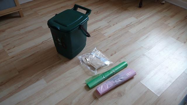 Ведро и набор пакетов для сбора мусора бесплатно полученные нами в библиотеке