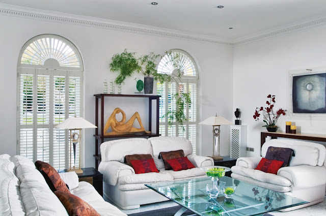 Białe okiennice drewniane wewnętrzne białe w salonie