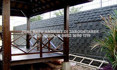 pemasangan batu andesit untuk dinding taman