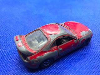 トヨタ スープラのおんぼろミニカーを斜め後ろから撮影
