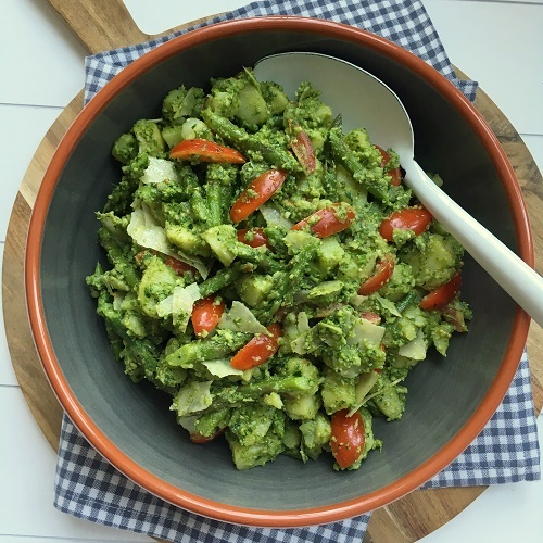 lauwarmer Pesto-Kartoffelsalat mit Spargel und Tomaten