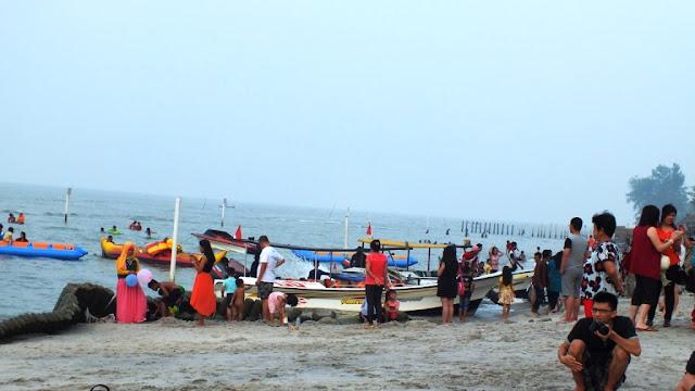 Boat bersandar di pantai sambil para pemilik boat menawarkan permainan banana boat atau sekedar mengelilingi pantai