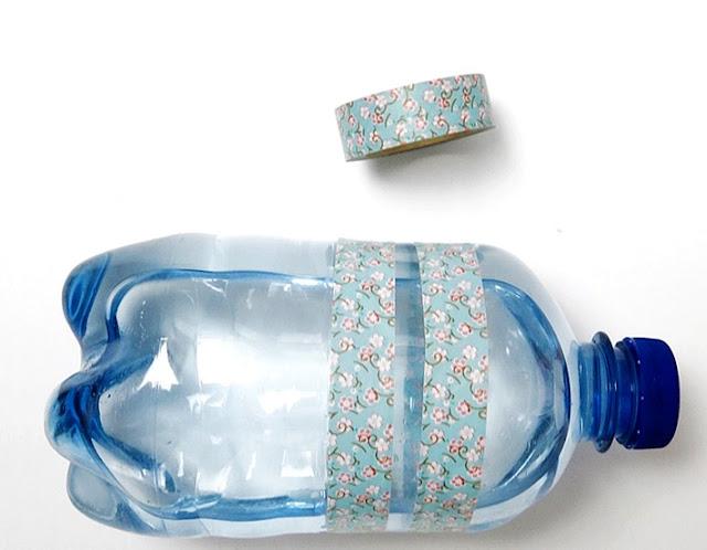 Eine Wasserflasche mit Washi Tape verziert