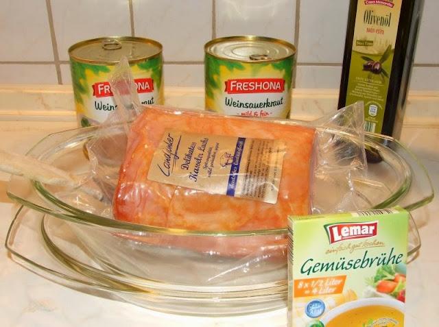 """Rezept: Lecker Kassler mit Sauerkraut aus dem Backofen. Im Ofen lässt sich """"Kasseler"""" einfach zubereiten."""