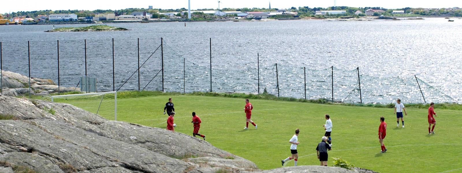 Fotbollsplanen på Kalvsund... vem anmäler sig som bolltjej   6480b700a3938