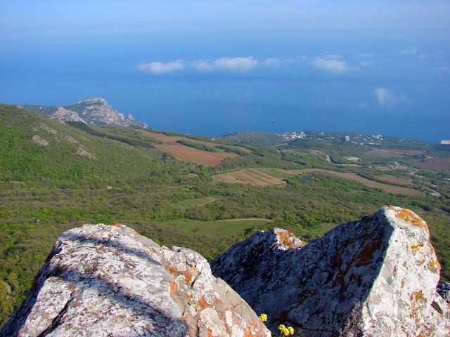Вид со скалы Биюк-Исар на Южный берег Крыма
