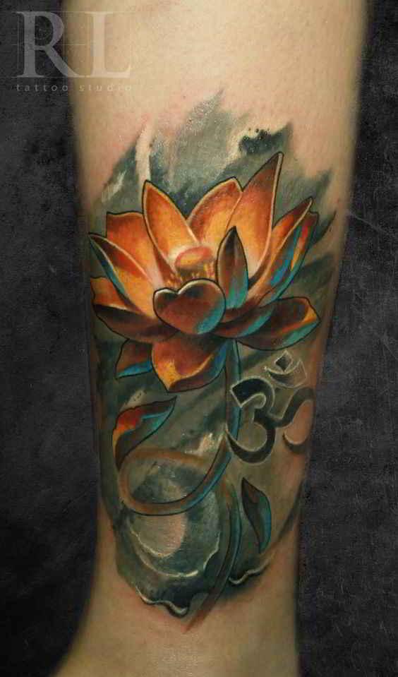 chico con tatuaje de flor del loto