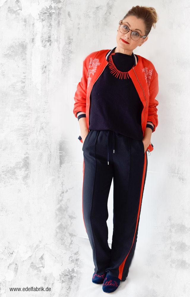 Dunkelblaue Hose mit roten Kontraststreifen, Rote Bomberjacke von H&M