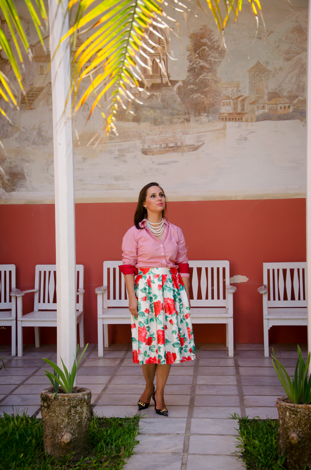 Southern belle: saia floral, camisa vermelha e pérolas