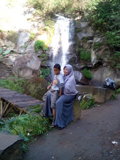 Istri dan putra Agus di Coban Putri