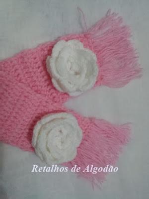 Cachecol de crochê para bebês com detalhe de flor de crochê