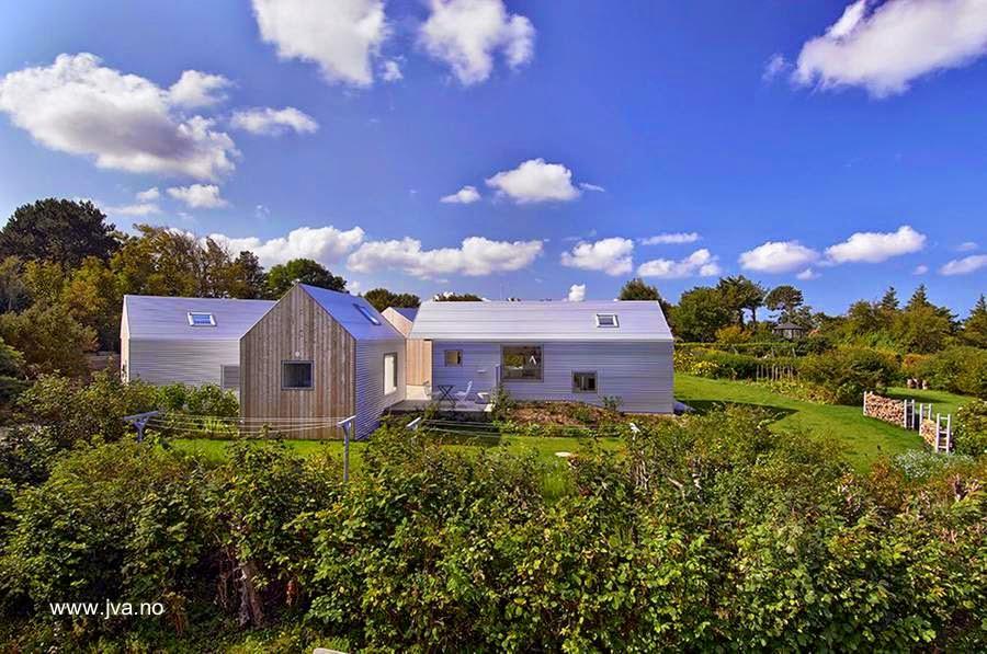 Casa contemporánea de madera y chapas en volúmenes en Dinamarca