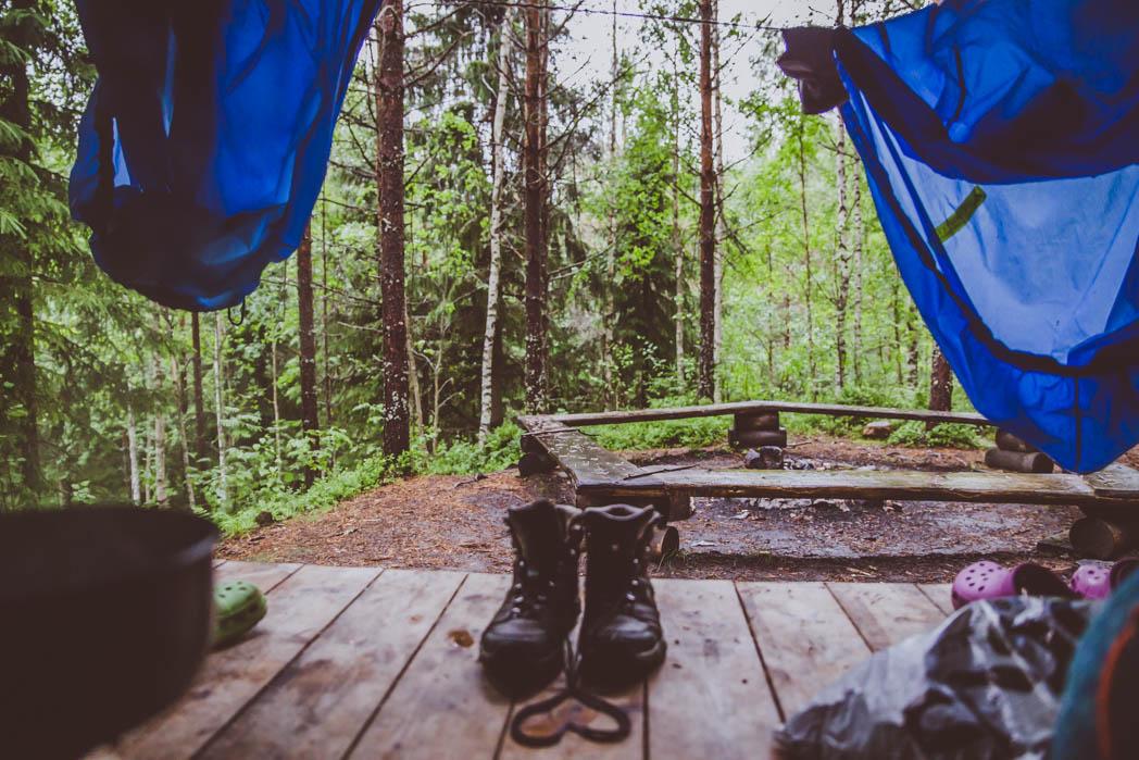 Kolin kansallispuiston Eteläpään laavu. Litimärkien retkivarusteiden kuivattelua sateen paiskaessa laavun kattoa vasten.