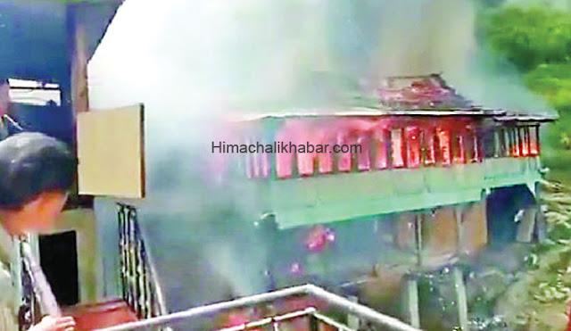 हिमाचल: भयंकर आग लगने से जले 12 कमरे। शरीर पर पहने कपड़ो के अलावा कुछ नहीं बचा सके 4 परिवारों के लोग