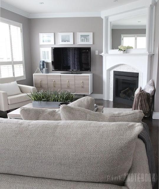 Ruang keluarga modern terbaru dengan sentuhan monokrom dan tanaman hijau